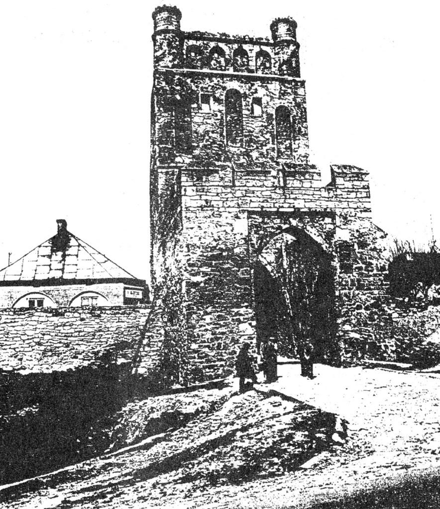 Zabytkowa brama krakowska w Szydłowie. Za tymi średniowiecznymi murami więziono naszych wrześniowych żołnierzy w 1939 roku.