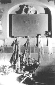 """Tablica upamiętniająca śmierć por. """"Ponurego"""" w klasztorze O.O. Cystersów w Wąchocku."""