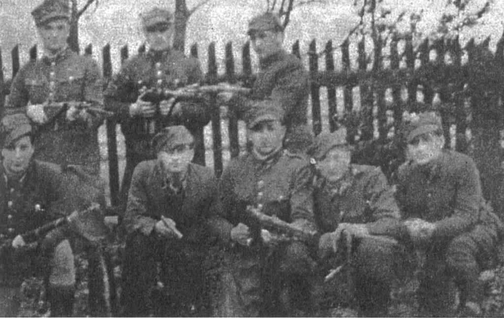 """Przed wymarszem na patrol. Stoją od lewej: pchor. """"Orzeł"""" (Jan Kozieł), ppor. """"Maj"""" (Aleksander Arkuszyński)."""
