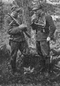 """Na wysuniętym posterunku 25. pp AK. Od lewej: kpr. """"Huragan"""" (Władysław Pietraszczyk), st. strz. """"Gradis"""" (Roman Buliński)."""