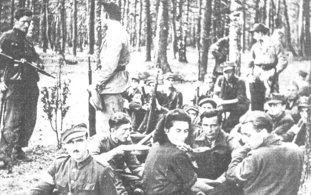 """Grupa partyzantów 72. pp AK. Na pierwszym planie """"Baśka"""" (Edyta Chacha)."""