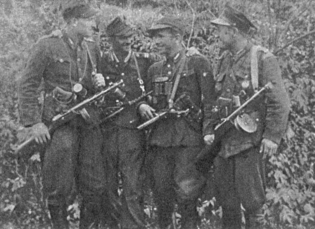 """Grupa partyzantów 5. kompanii 25. pp AK. Pierwszy od lewej plut. """"Bari"""" (Edmund Bieńkowski), trzeci """"Orlik"""" (Tadeusz Wyrwa)."""