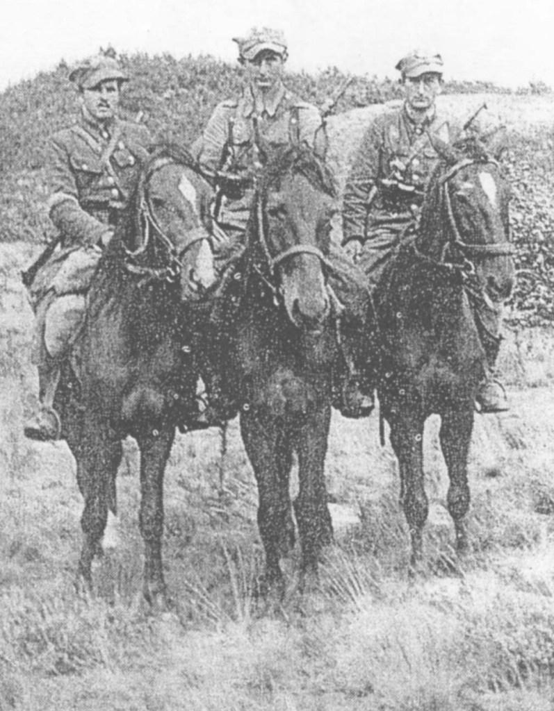 Ułani II szwadronu 27. p.u. AK na ubezpieczeniu w Puszczy Kampinowskiej.
