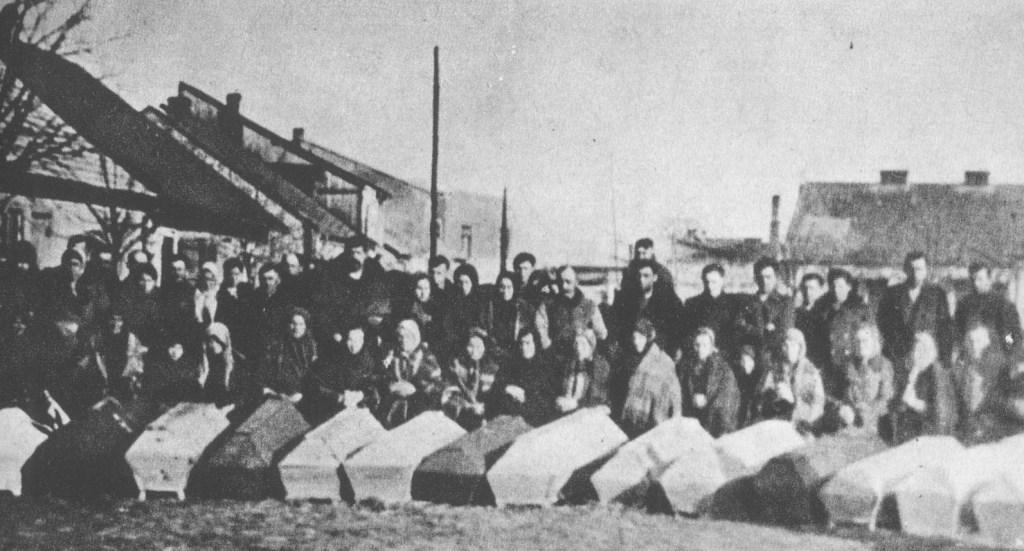 Ekshumacja zwłok robotników leśnych pomordowanych we wsi Piotrowe Pole we wrześniu 1944 r. (Sienno 1944 r.).