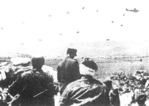 """Desant powietrzny niemieckich spadochroniarzy na bazy jugosłowiańskich partyzantów. Operacja """"Skok Konika Szachowego""""."""