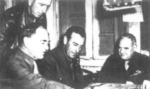 Szef amerykańskiego OSS – Office of Strategies Service (Biura Służb Strategicznych – amerykański odpowiednik brytyjskiego SOE) płk Wiliam Donovan (pierwszy z prawej).