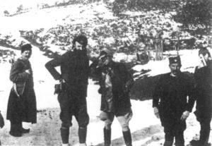 Stoją w otoczeniu czetników: brytyjski płk. W. Bailey (w jasnych bryczesach) i oficer czetnicki mjr Zaharje Ostojić.