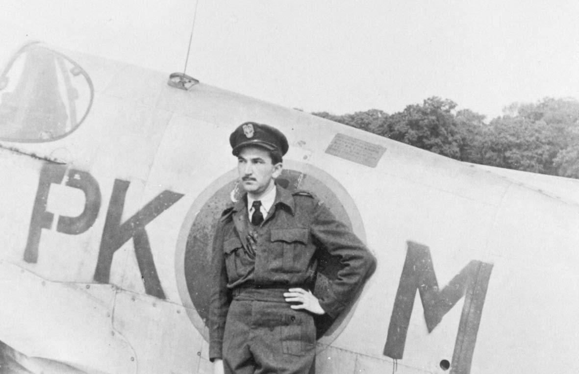 """Porucznik- pilot J. Borowczyk przy swoim """"Mustangu"""". Wielka Brytania, kwiecień 1945 r."""